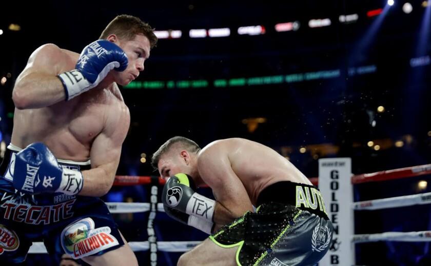 'Canelo' Álvarez (i) impuso su golpeo sobre Liam Smith...