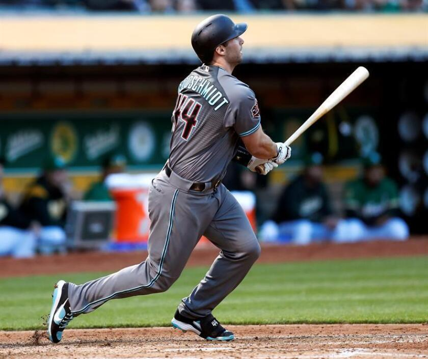 Arizona Diamondbacks Paul Goldschmidt follows through with a two-run RBI triple off a pitch by Oakland Athletics starting pitcher Sean Manaea during the fourth inning of their MLB game at the Oakland Coliseum in Oakland, California, USA, 25 May 2018. (Estados Unidos) EFE/Archivo