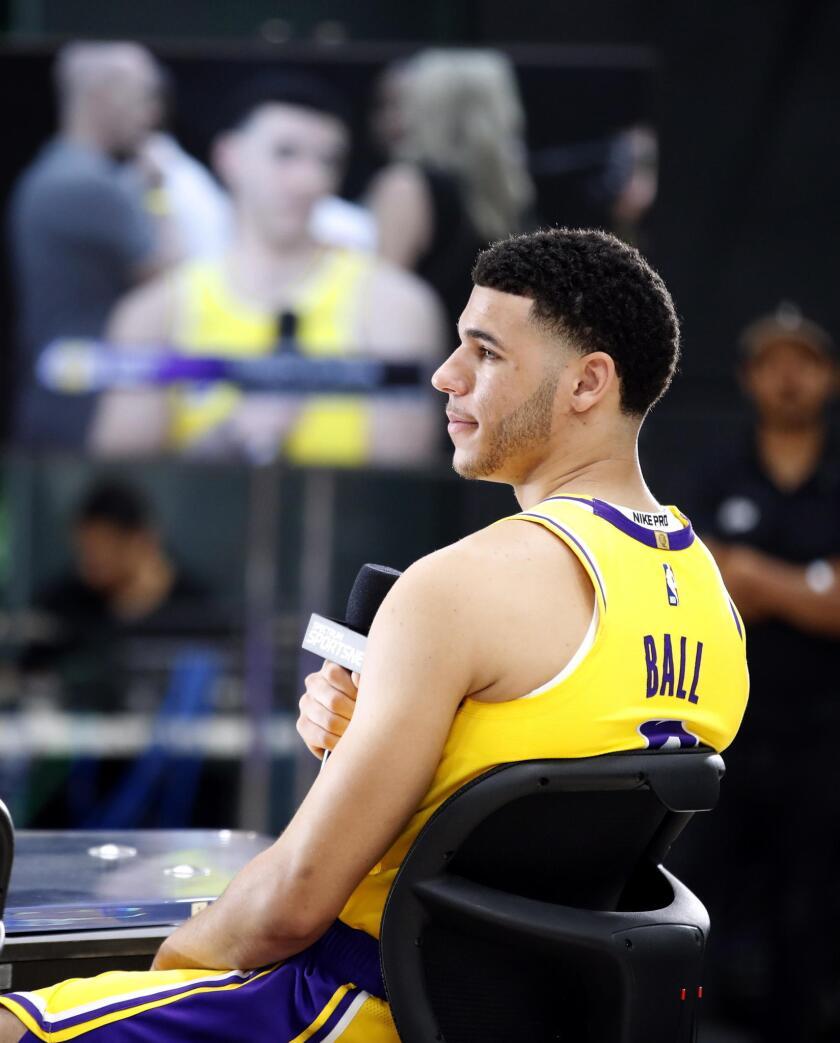 El jugador de los Lakers de Los ?ngeles Lonzo Ball participa en una conferencia de prensa hoy, lunes 24 de septiembre de 2018, en la Universidad de California en Los ?ngeles (UCLA), en El Segundo, Los ?ngeles (EE.UU.).