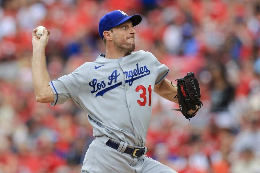 Max Scherzer, de los Dodgers de Los Ángeles, lanza en su apertura ante los Rojos de Cincinnati.