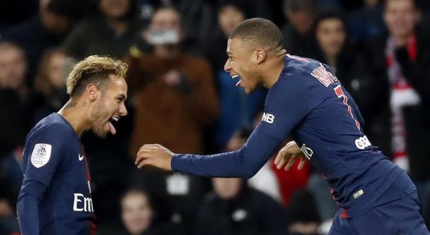 Los jugadores del Paris Saint Germain Kylian Mbappe (d) y Neymar Jr celebran un gol durante un partido. EFE/Archivo