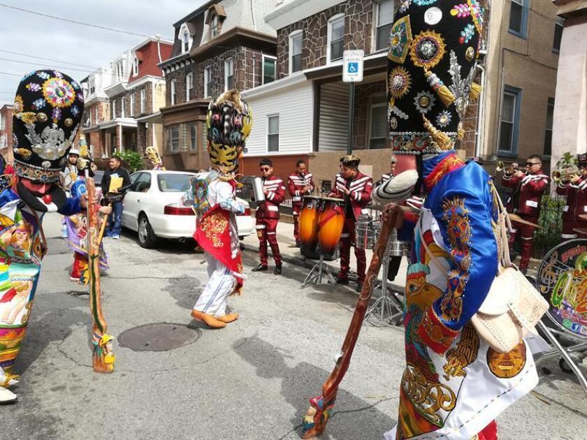 Bailarines participan en el Carnaval de Puebla hoy, domingo 29 de abril de 2018, en Filadelfia (EE.UU.). Dos mexicanos hacen cábalas sobre el Mundial de fútbol en un humilde restaurante de Filadelfia. En la cuna de Estados Unidos, no es extraño escuchar el acento de quienes han convertido el Cinco de Mayo en una reivindicación sobre el papel de los inmigrantes en el país. EFE