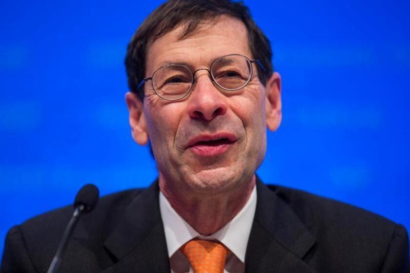 El economista jefe del Fondo Monetario Internacional (FMI), Maurice Obstfeld, durante una rueda de prensa en la sede del FMI en Washington, Estados Unidos. EFE/Archivo