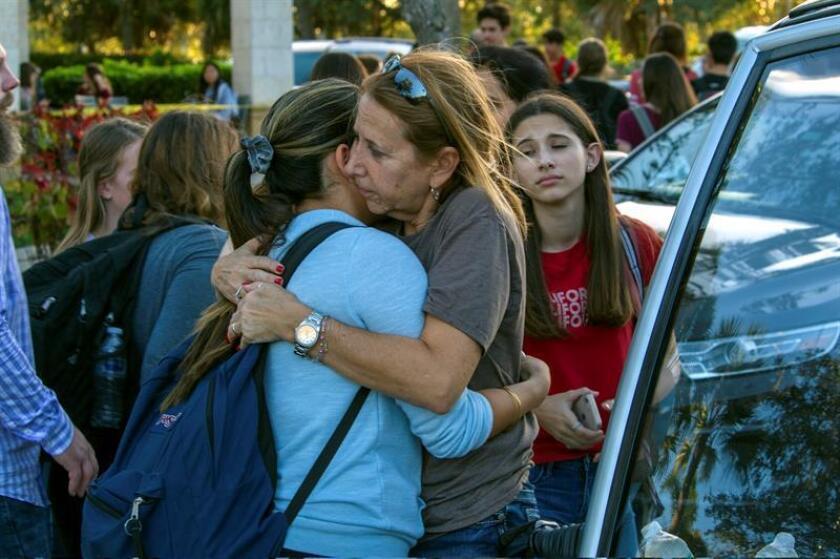 Estudiantes se reúnen con sus padres y familiares durante un homenaje a las víctimas de Parkland. EFE/Archivo