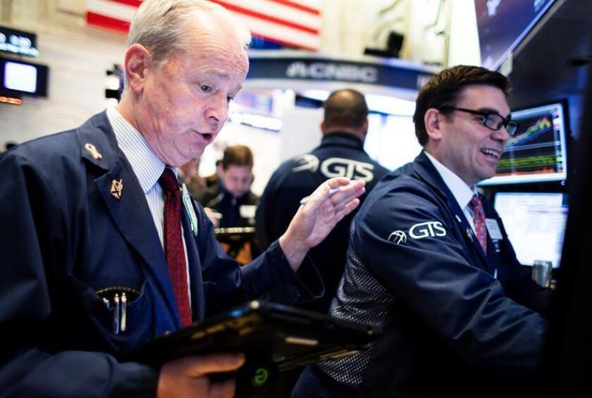 Varios operarios trabajan en el parqué de la Bolsa de Nueva York, EEUU. EFE/Archivo