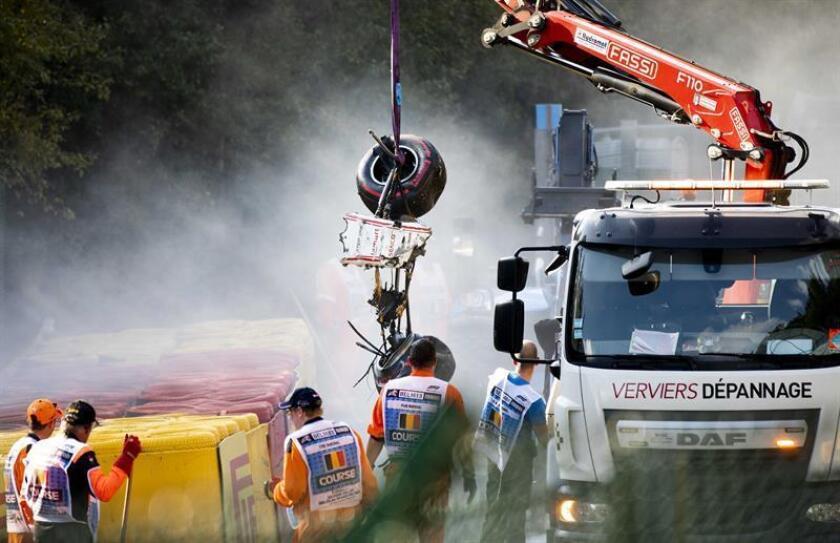 La grúa retira el coche de Juan Manuel Correa tras el accidente sufrido el pasado 31 de agosto en la carrera de Fórmula 2 en el circuito belga de Spa-Francorchamps. EFE/REMKO DE WAAL/Archivo