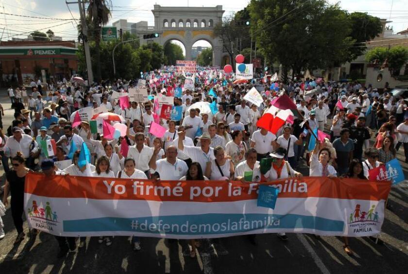 Manifestantes del Frente Nacional por la Familia participan en una marcha contra el matrimonio igualitario, el sábado 10 de agosto de 2016, en Guadalajara (México). EFEMEX/Ulises Ruiz Basurto/Archivo
