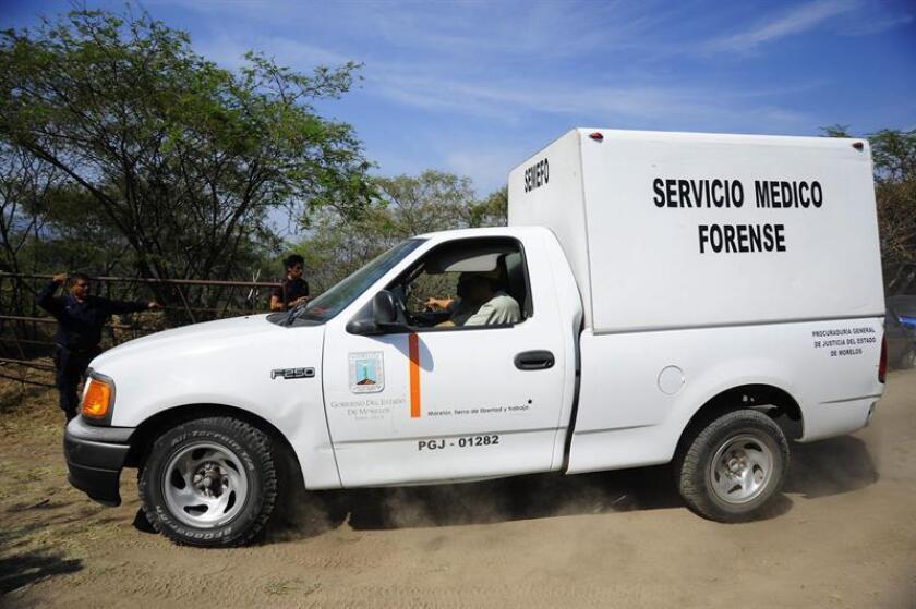 Un vehículo del Servicio Médico Forense ingresa el miércoles 11 de diciembre de 2013, a la zona donde fueron localizados seis cadáveres en una fosa clandestina ubicada en el paraje Ahuatitla, municipio de Amacuzac, en el estado Morelos (México). EFE/Archivo