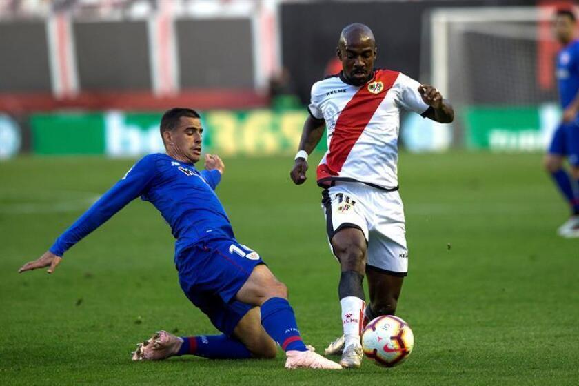 El centrocampista francés del Rayo Vallecano Gael Kakuta controla un balón durante el partido correspondiente a la 3? jornada de LaLiga Santander. EFE/Archivo