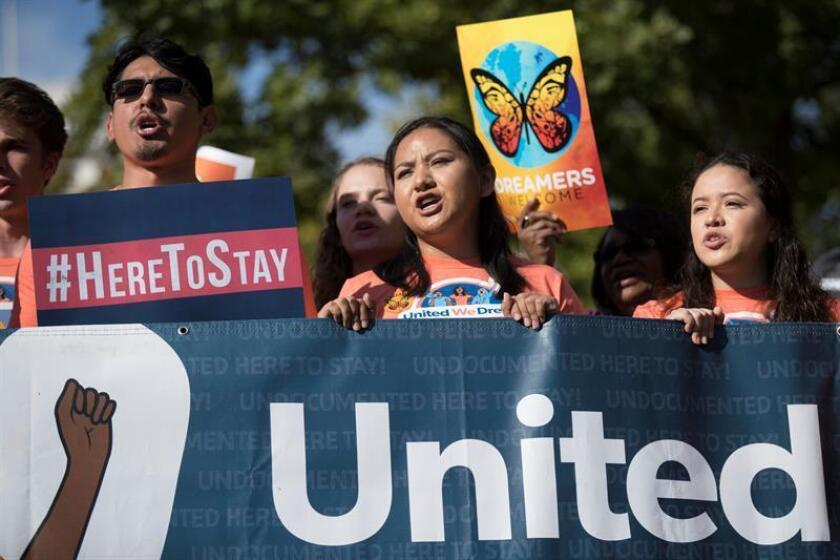 """El Tribunal Supremo se reunió hoy a puerta cerrada para decidir si interviene en la disputa sobre el programa DACA, que expirará en marzo por orden del presidente, Donald Trump, y actualmente protege de la deportación a 690.000 jóvenes indocumentados, conocidos como """"soñadores"""". EFE/Archivo"""