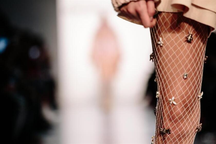 Una modelo presenta una prenda del diseñador Son Jung Wan durante la Semana de la Moda de Nueva York. EFE