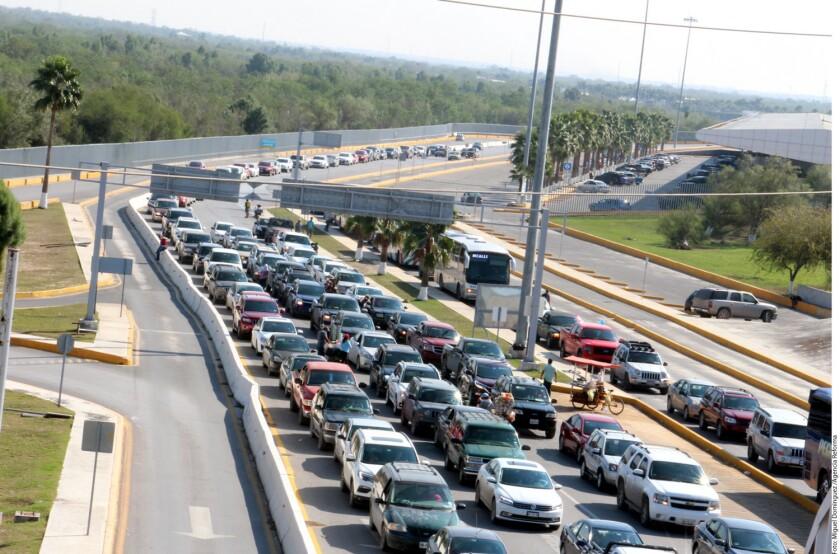 Las filas en el cruce Reynosa Hidalgo se extendieron hasta los patios de la Aduana.