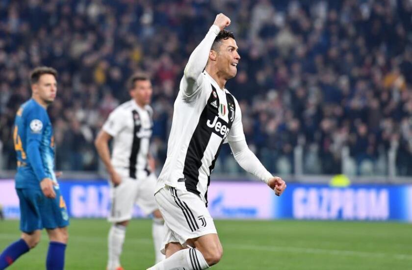 Cristiano Ronaldo de Juventus celebra la anotación de un gol durante el partido de vuelta por los octavos de final de la Liga de Campeones de la UEFA entre Juventus FC y Club Atlético Madrid en el estadio Allianz, en Turín (Italia). EFE
