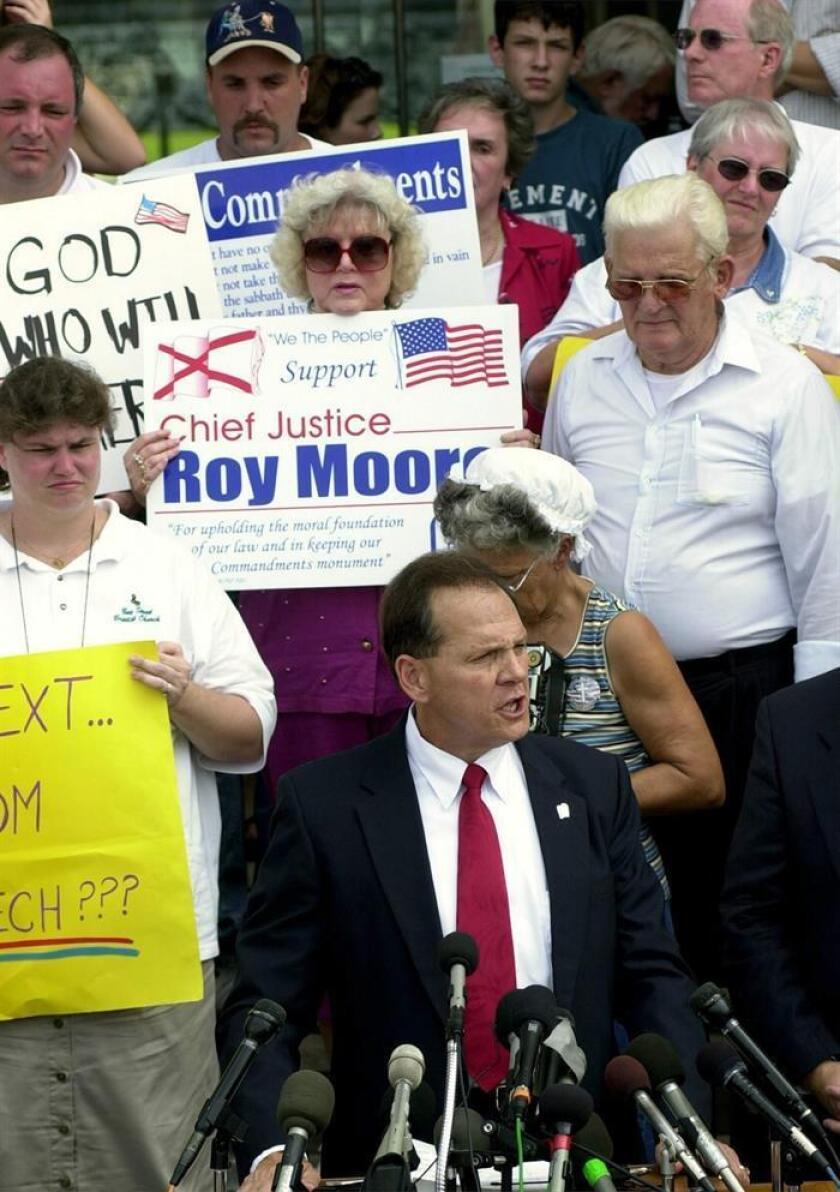 Foto de archivo del candidato republicano al Senado Roy Moore (c) durante un encuentro con simpatizantes en la sede judicial estatal en Montgomery, Alabama (Estados Unidos) el 25 de agosto de 2003. EFE