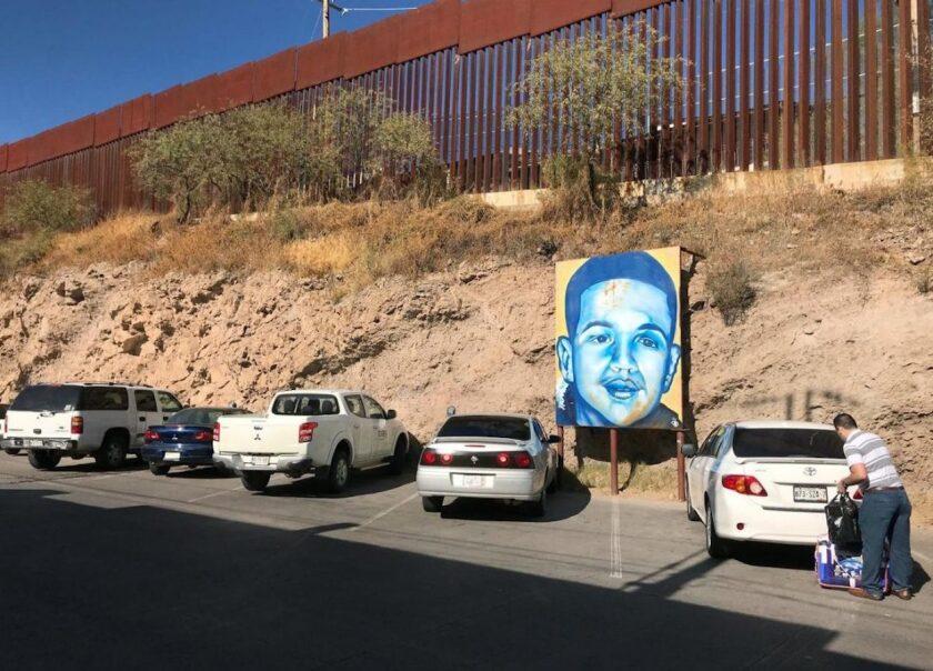 Un cartel de José Antonio Elena Rodríguez, cerca del muro fronterizo en Nogales, Arizona.