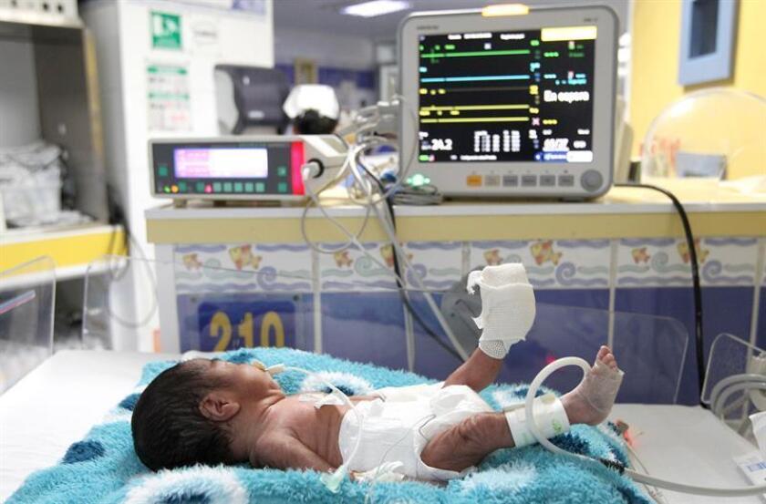 Fotografía de un recién nacido que es atendido en un hospital de la ciudad de Guadalajara (México). EFE/Archivo