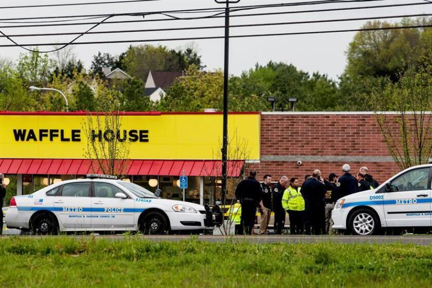 Police officials investigate at the scene of a shooting at a Waffle House Restaurant in Nashville, Tennessee. EFE/EPA/Archivo