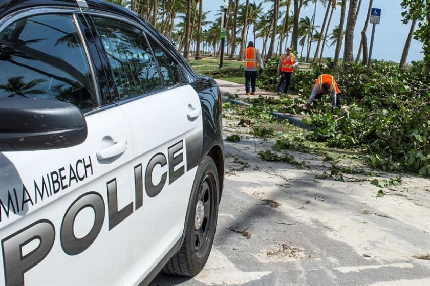Trabajadores realizan labores de limpieza tras el paso del huracán Irma, el lunes 11 de agosto de 2017, en Miami Beach, Florida (EE.UU.). EFE/Archivo