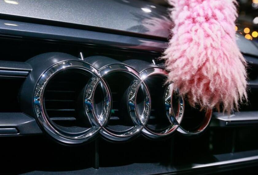 Un empleado limpia un modelo Audi. EFE/Archivo