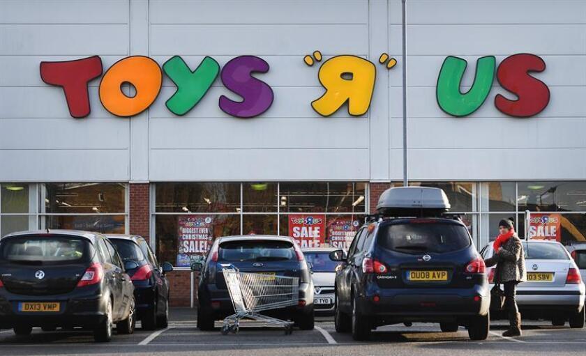 La cadena de jugueterías Toys 'R' Us comunicó hoy a sus empleados que va a vender o cerrar todas sus tiendas en Estados Unidos y que, probablemente, liquidará su negocio también en España, Francia y otros países, informó The Wall Street Journal. EFE/EPA/ARCHIVO