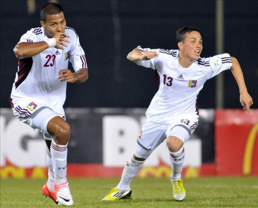 El jugador de la selección Venezuela José Rondon (i) celebra un gol con su compañero Luis Manuel Seijas (d). EFE/Archivo