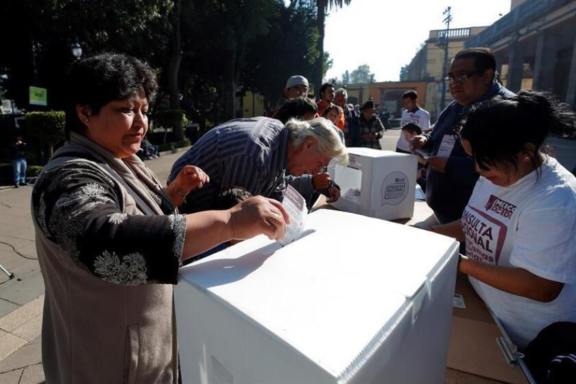Una mujer vota en la segunda consulta ciudadana hoy, sábado 24 de noviembre de 2018. EFE