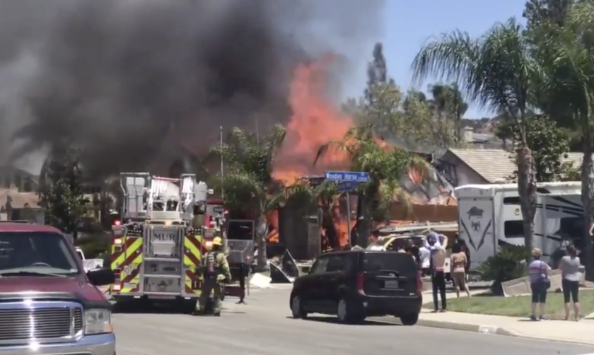 Bomberos combaten el fuego tras la explosión en una casa de Murrieta, California.