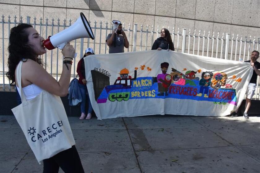 Jenny Villegas (i) anima anima a los participantes hoy, domingo 22 de abril de 2018, al comienzo de una caminata de ocho días, desde Los Ángeles (EE.UU.), hacia la frontera con México. EFE