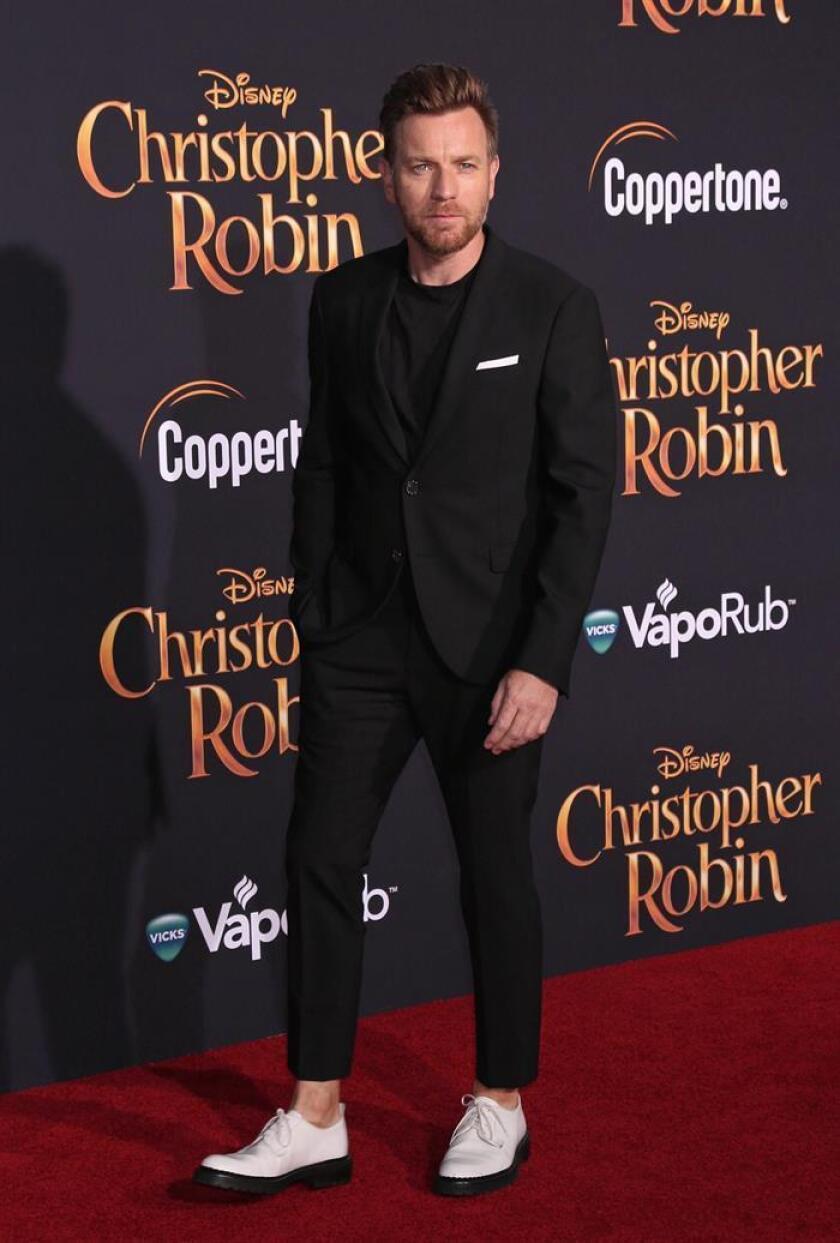 """El actor escocés Ewan McGregor posa a su llegada al estreno de la película """"Christopher Robin"""" en los estudios Disney en Burbank, California (Estados Unidos). EFE/Archivo"""
