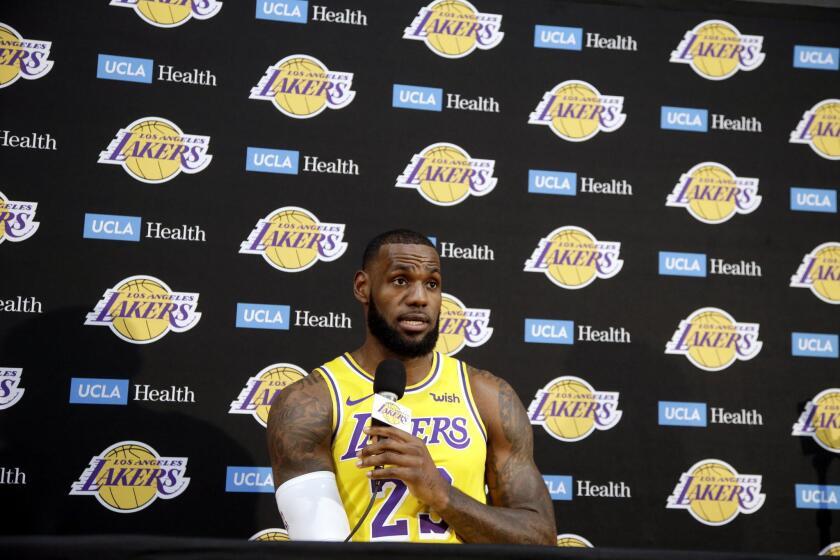 El jugador de los Lakers de Los Ángeles Lebron James participa en una conferencia de prensa hoy, lunes 24 de septiembre de 2018, en la Universidad de California en Los Ángeles (UCLA), en El Segundo, Los Ángeles (EE.UU.).