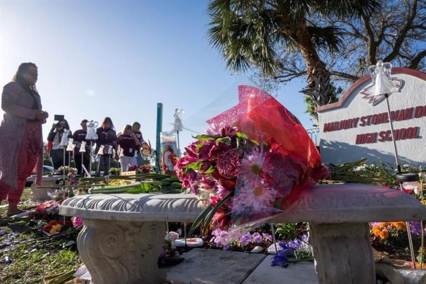 Una mujer observa el monumento improvisado en conmemoración del tiroteo de hace un año en el instituto Marjory Stoneman Douglas en Parkland, Florida (Estados Unidos). EFE/Archivo