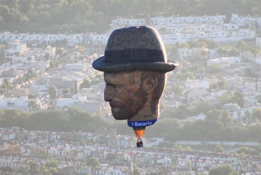 Vista de un globo aerostático con la imagen del pintor neerlandés Vincent van Gogh durante el Festival Internacional del Globo hoy, sábado 17 de noviembre de 2018, en el cielo de la ciudad de León, estado de Guanajuato (México). EFE