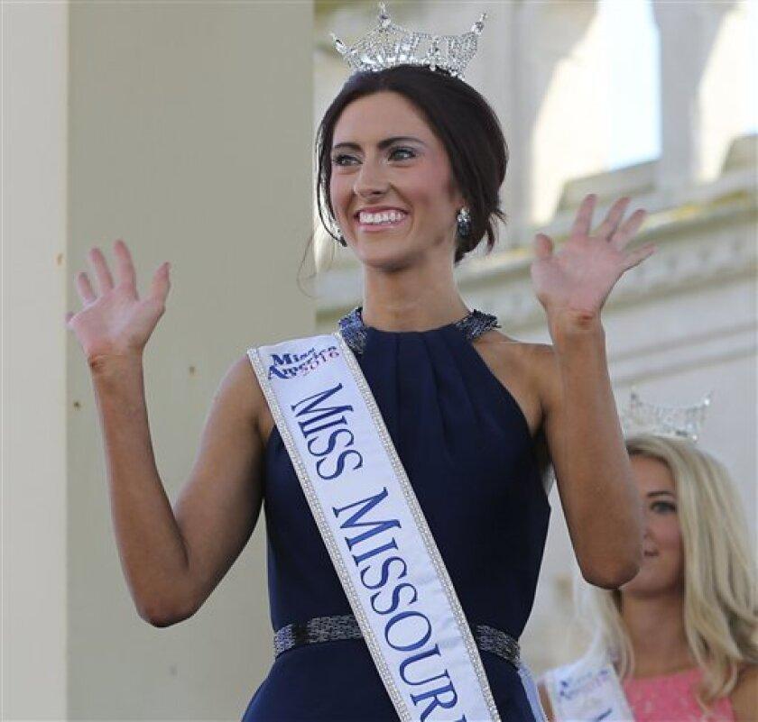 En esta imagen, tomada el 30 de agosto de 2016, Miss Missouri, Erin O'Flaherty, saluda durante su presentación antes del concurso de belleza Miss America, en Atlantic City. Tras años compitiendo en concursos de belleza dentro del armario o de trabajar tras bambalinas, gays y lesbianas por fin asumen un papel en uno de los mayores concursos de belleza. O'Flaherty luchará por la corona el próximo 11 de septiembre representando a Missouri como la primera aspirante abiertamente lesbiana.