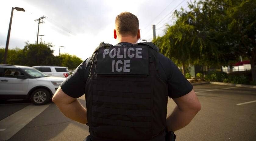Un agente de la agencia migratoria de Estados Unidos, ICE, durante una operación en Escondido, California.