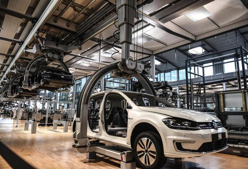 Vista de la línea de producción del vehículo e-Golf en la llamada ''Glaeserne Manufaktur'' en una fabrica de Volkswagen. EFE/Archivo