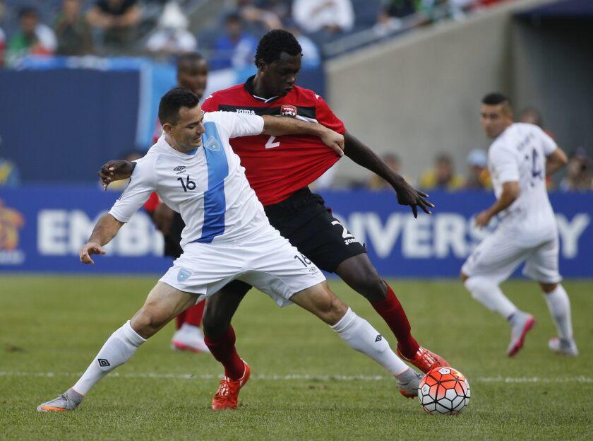 El jugador de la selección nacional de fútbol de Trinidad y Tobago Aubrey David (d) disputa el balón con Marco Pappa (i) de Guatemala hoy, jueves 9 de julio de 2015, durante un juego del Copa de Oro 2015.