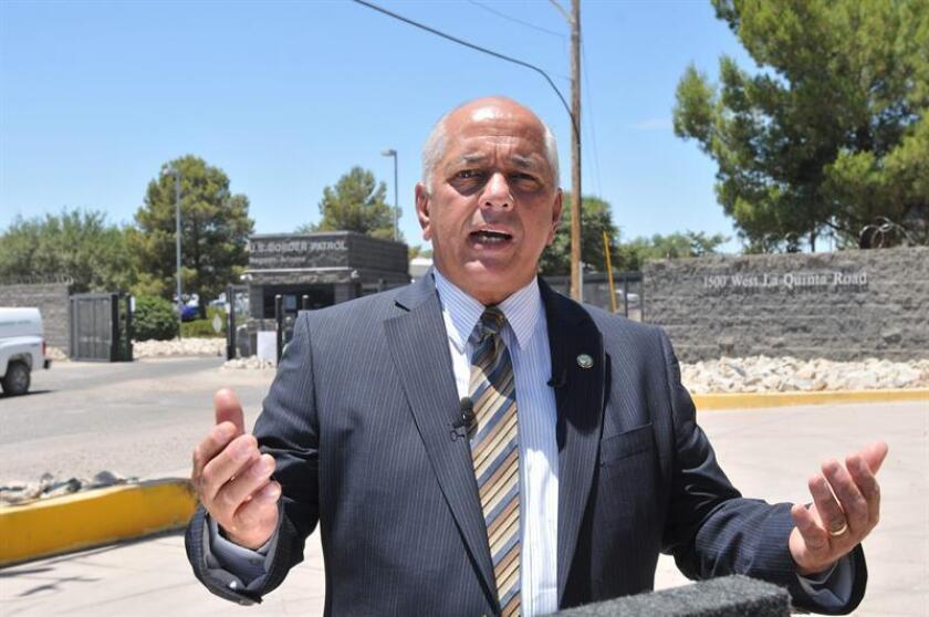 El alcalde de la ciudad de Nogales, Arturo Garino, habla con la prensa frente a la entrada de las instalaciones de la Patrulla Fronteriza en Nogales, Arizona, el 11 de junio de 2014. EFE/Archivo