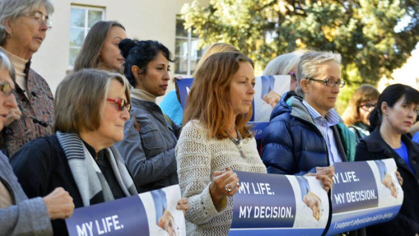 Defensores del derecho a la muerte asistida protestan en Santa Fé, Nuevo México, en 2015. La ley de muerte digna en California entró en vigor el 9 de junio pasado (Russell Contreras / Associated Press).