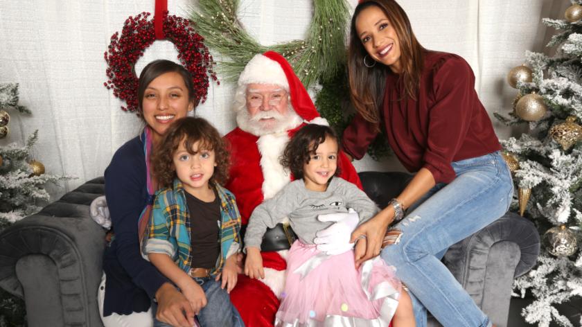 La actriz dominicana Dania Ramírez (izq.) celebrará las fiestas haciendo algo positivo por los niños que más lo necesitan. En esta foto aparece al lado de sus dos hijos gemelos.