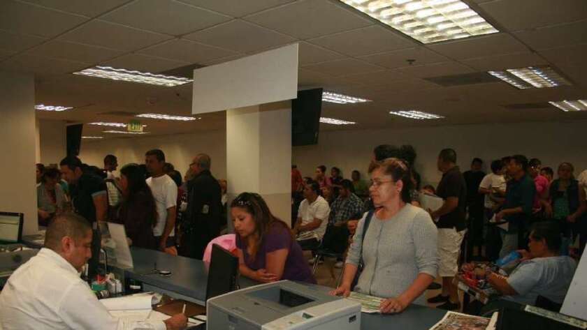 Foto de archivo de salvadoreños reinscribiéndose al programa del TPS en Los Ángeles.