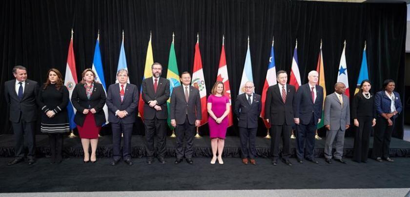 La ministra canadiense de Exteriores, Chrystia Freeland (C), posa junto a los asistentes a la inauguración de la reunión de emergencia del Grupo de Lima celebrada en Ottawa (Canadá), el lunes 24 de febrero de 2019. EFE/Archivo