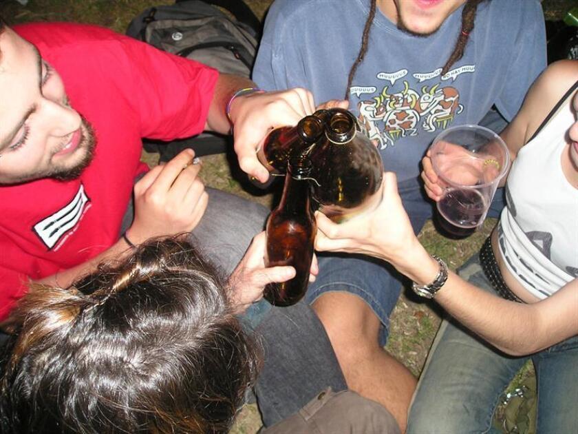Jóvenes beben cerveza durante las Fiestas de Primavera de un barrio madrileño. EFE/Archivo