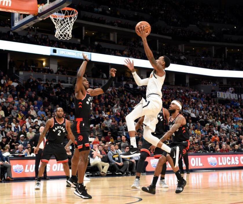 Monte Morris (c) de los Nuggets de Denver en acción ante OG Anunoby (c-i) de los Toronto Raptors en el juego de la NBA en el Pepsi Center en Denver, CO, EE. UU.. EFE