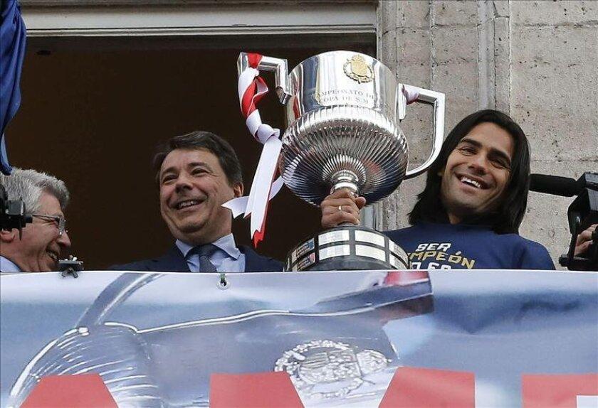 El delantero colombiano del Atlético de Madrid, Radamel Falcao (d), junto al presidente de la Comunidad de Madrid, Ignacio González (c), y el presidente del club, Enrique Cerezo (i), muestra el trofeo que acredita al equipo vencedor de la Copa del Rey. EFE/Archivo