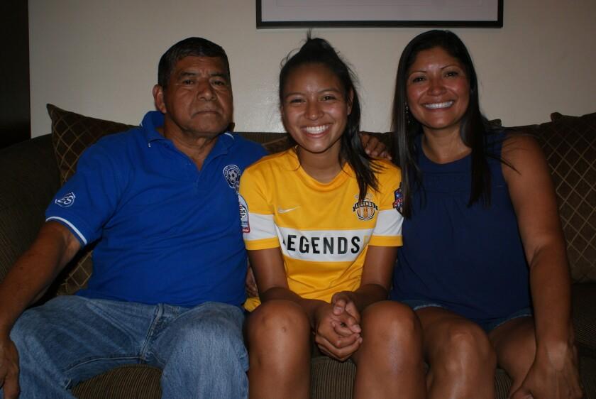 La habilidad para el futbol la llevó a la selección de El Salvador y las universidades pujan su llegada