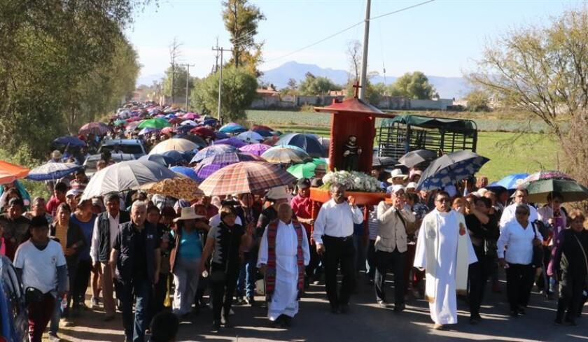 Cientos de personas del poblado de Tlahuelilpan, en el estado de Hidalgo (México), participan el miércoles 30 de enero de 2019, en una misa en memoria de los fallecidos en la explosión del ducto de gasolina. EFE/Archivo