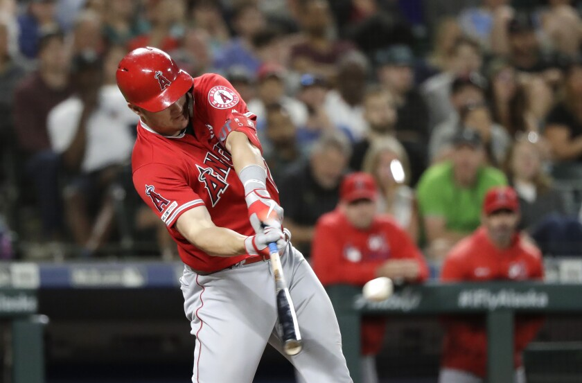 El jugador de los Angelinos de Los Ángeles Mike Trout conecta un bambinazo de tres carreras contra los Marineros de Seattle en el noveno inning de su juego de béisbol el sábado 20 de julio de 2019 en Seattle. (AP Foto/Elaine Thompson)Los Angeles Angels' Mike Trout connects on a three-run home run against the Seattle Mariners in the ninth inning of a baseball game Saturday, July 20, 2019, in Seattle. (AP Photo/Elaine Thompson) ** Usable by HOY, ELSENT and SD Only **