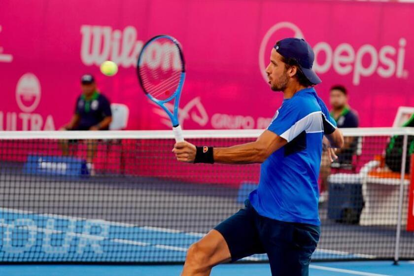 El tenista español Feliciano López en acción ante el egipcio Mohamed Safwat durante el segundo día del Abierto de Tenis Los Cabos, en Baja California Sur (México). EFE