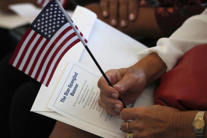 Algunos de los incrementos incluyen un alza en el costo de la tarifa de solicitud de ciudadanía.
