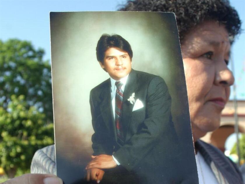 Juana Cárdenas muestra la fotografia de su hijo Rubén Ramírez Cárdenas, quien fue ejecutado en Estados Unidos. EFE/Archivo